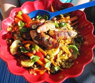 Baconlindad kyckling med bulgursallad