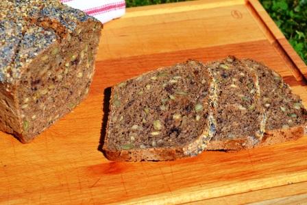 Fröigt rågsurdegsbröd med björnbär och päron, skivor, Livsaptit