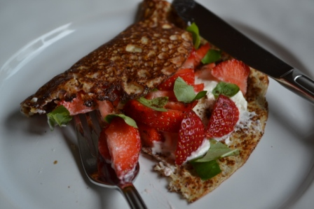 Hasselnötspannkaka med turkisk yoghurt, jordgubbar och basilika, Livsaptit