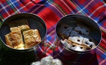 Kristiinas bidrag, smördegsrutor med kål, ris och kryddor + bärig kaka med vit choklad och hasselnötter Livsaptit