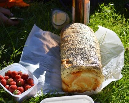 Michaels och Josefines ostfyllda bröd och jordgubbar