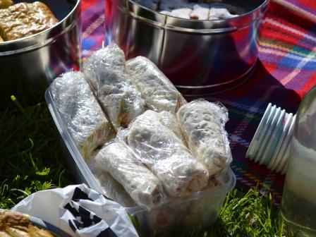 Rebeckas tunnbrödsrullar med avocadohoummus och tomat respektive pepparrot och lax