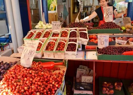 Fantastiska frukter och bär i Gdynias saluhall, Polen, Livsaptit