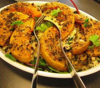 Citronsyrlig quinoasallad med blackeyedbönor, örter, räkor och gremolataparmesanrostad pumpa, Matiga sallader, Kurs, Livsaptit
