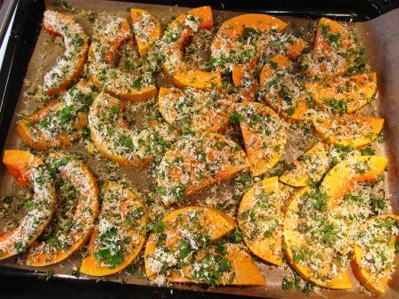 Gremolataparmesantoppade pumpaskivor redo för ugnen, Matiga sallader, Kurs, Livsaptit