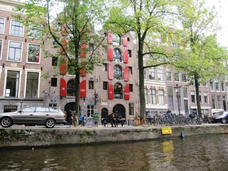 Röda fönsterluckor på hus, Amsterdam, Livsaptit