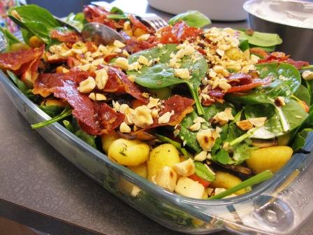Kantarellgnocchisallad med spenat, äpple och rostade hasselnötter, toppat med prociuttochips, Matiga sallader, Kurs, Livsaptit