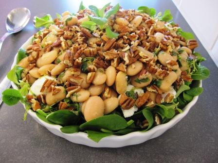 Körsbärssallad med mozzarellaost, toppad med citronmarinerade vita bönor och pekannötter, Matiga sallader, Kurs, Livsaptit
