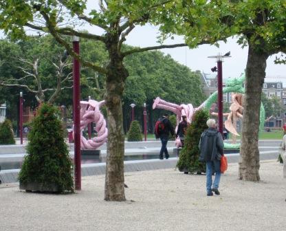 Lustiga konstföremål i parken vid Van Goghmuséet, Amsterdam, Livsaptit