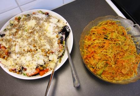 Rostad rotfruktssallad med riven ost och krispiga cayennerostade kikärtor till vänster, Raw foodnudlar med röd currysås till höger, Matiga sallader, Kurs, Livsaptit