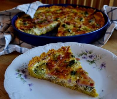 En bit ost- och skinkpaj med karamelliserad lök och broccoli på linspajbotten, Recept, Livsaptit
