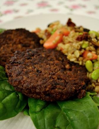 Närbild, veganska biffar med kidneybönor och chiafrön med matvetesallad med soyabönor och soltorkad tomat, Recept, Mat, Livsaptit