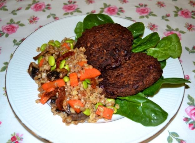 2Veganska biffar - Vegoburgare med chiafrön och kidneybönor, matvetesallad med suyabönor och soltorkad tomat, Livsaptit, Recept