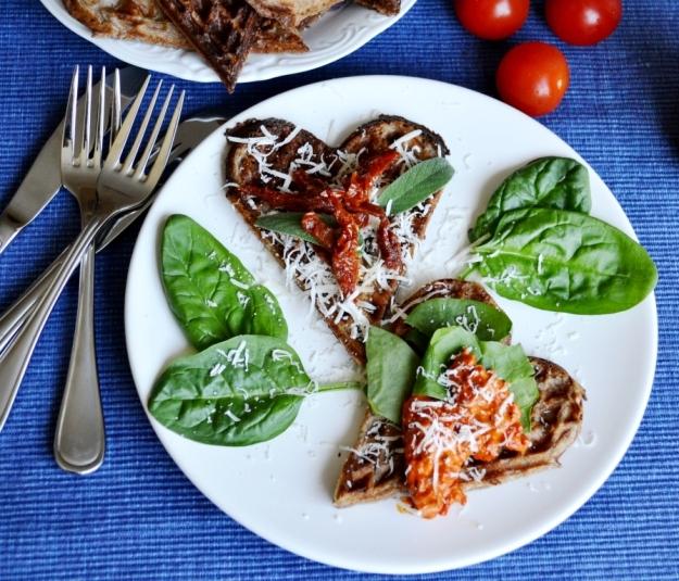 Matiga glutenfria våfflor med ajvar, parmesan, soltorkad tomat och salvia, Livsaptit, Recept