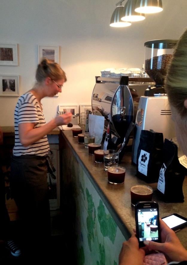 Preparering - borttagning av skum, Kaffeprovning, koppning, Kale'i Kaffebar,