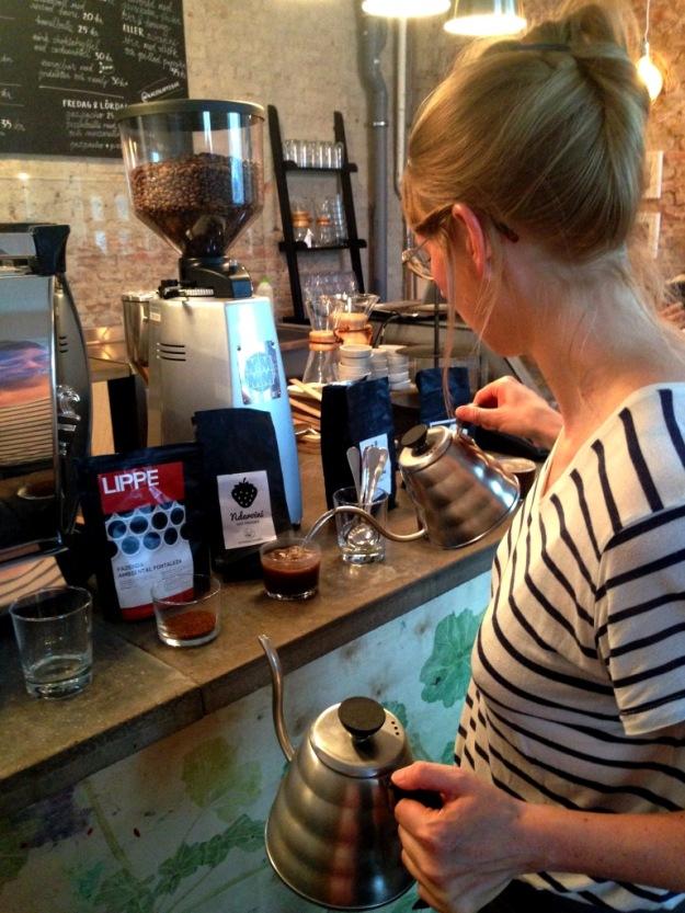 Upphällning av 96 gradigt vatten, Kaffeprovning, koppning, Kale'i Kaffebar,