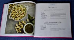 Pestopopcorn och Sesam- och sojapopcorn, uppslag ur Popcorn - 100 originella recept på världens poppigaste snacks av Carol Beckerman, recension av Livsaptit