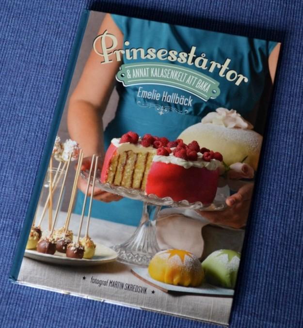Recension av Prinsesstårtor & annat kalasenkelt att baka av Emelie Hallbäck, recension av Livsaptit