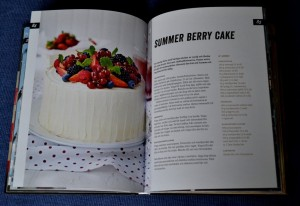 Summer Berry Cake, exempel på ett uppslag, Recension av United States of Cakes av Roy Fares, recension av Livsaptit