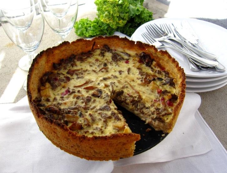 Höstig paj med potatispajskal, lingon, viltskav, kantareller, palsternacka och västerbottenost, Recept, Livsaptit