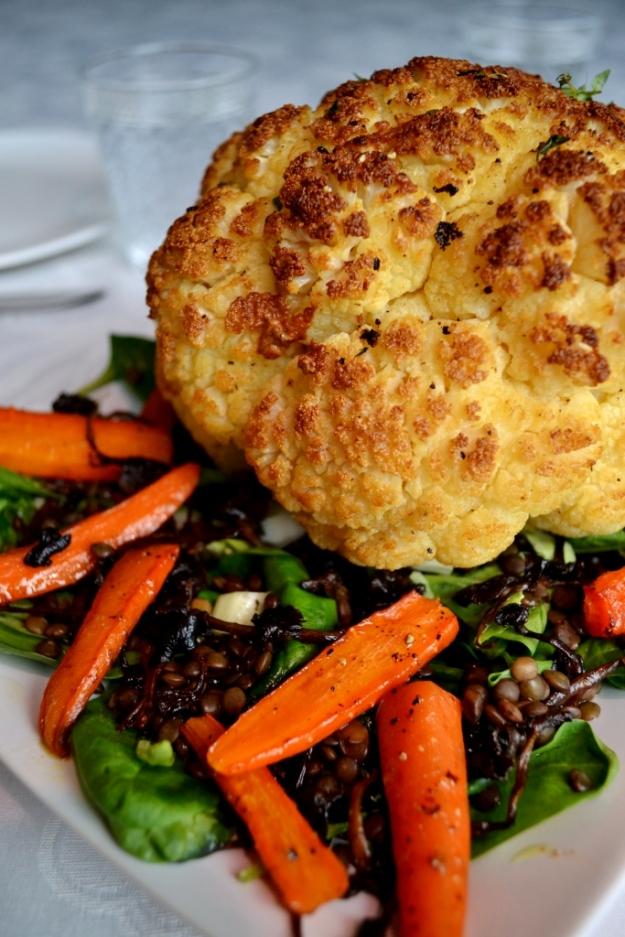 Hel ugnsrostad blomkål med höstig sallad med smörstekta trattkantareller, puylinser, rostade morötter och spenat, samt brynt smör, Recept, Middagstips, Vegetariskt, Livsaptit
