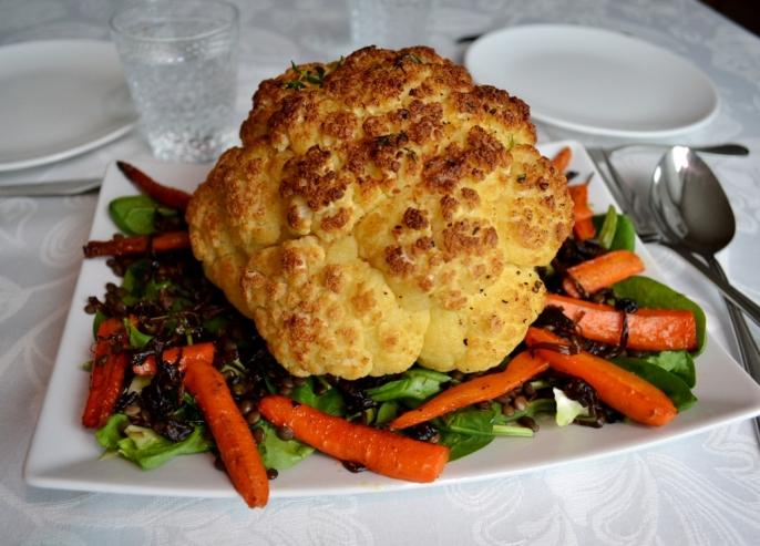 Vegetariskt, Middagstips, Helrostad blomkål med brynt smör och sallad på trattkantareller, rostade morötter, spenat och puylinser, Livsaptit, Recept