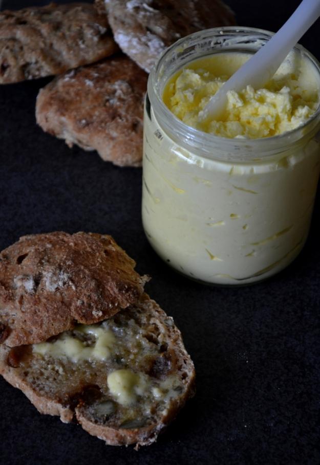 Smält mjuksmör på nygräddade enkla och varierbara nattjästa frukostbröd, Recept, Livsaptit