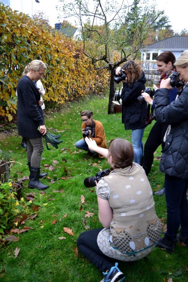 Fotografer i action - motiv - Sonja med nyplockad svartkål, Foto- och stylingworkshop, Sonja Dahlgren, Livsaptit