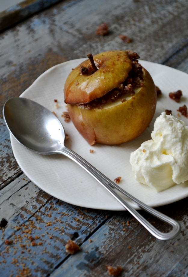 Min styling - ugnsbakat äpple med mandelfyllning smaksatt med vanilj och kardemumma + vispad grädde, Foto- och stylingworkshop, Sonja Dahlgren, Livsaptit