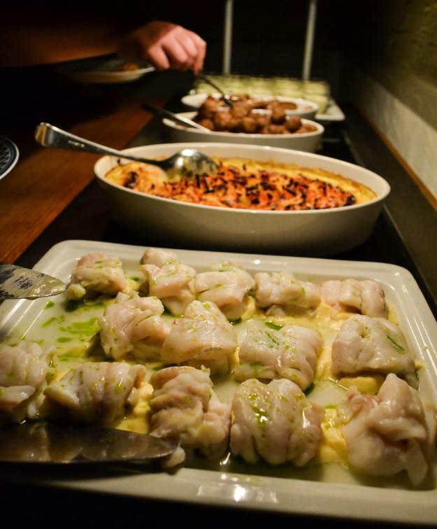 Varma bordet, perfekt tillagad fisk, rotsaksgratäng och köttbullar, Matbloggsträff, Julbord Gunnebo Slott & Trädgårdar, 2014, Livsaptit