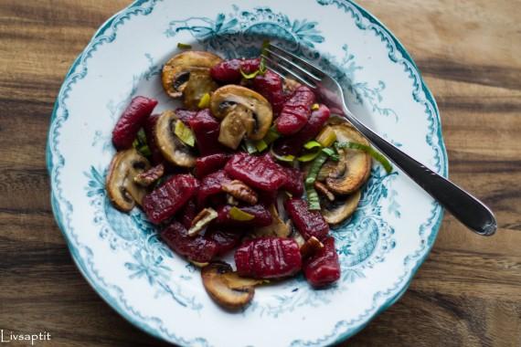Rödbetsgnocchi ovanifrån, blommig tallrik, med svamp och nötter, recept, Livsaptit, Vegetariskt