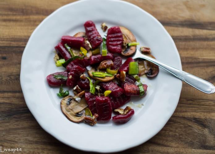 Rödbetsgnocchi ovanifrån, vit tallrik, med svamp och nötter, recept, Livsaptit, Vegetariskt