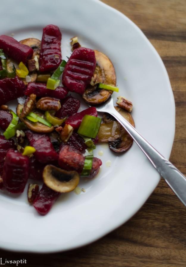 Rödbetsgnocchi snett framifrån, halv vit tallrik, med svamp och nötter, recept, Livsaptit, Vegetariskt