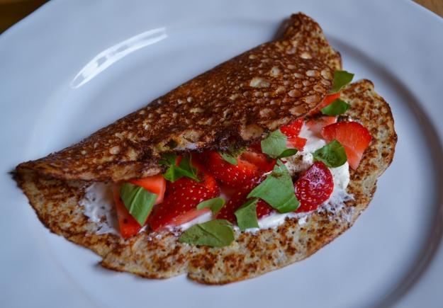 Söta hasselnötspannkakor med turkisk yoghurt och jordgubbar, Internationella pannkaksdagen, Recept, Livsaptit