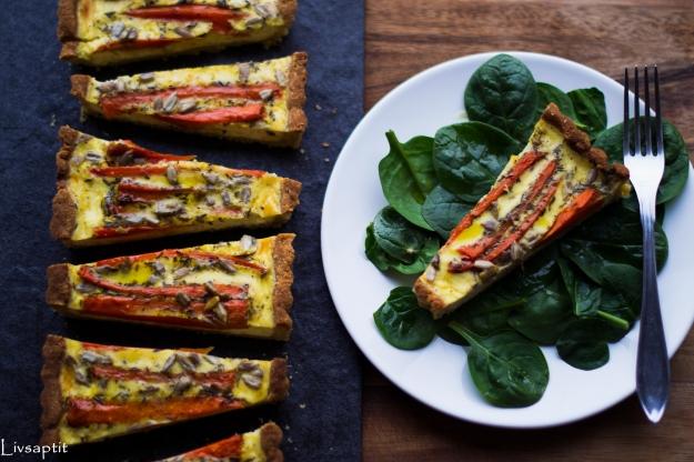 Morotspaj med solroskärnor på quinoapajbotten med mandel och ost, portion och uppskuren ovanifrån, glutenfri, recept, vegetariskt, Livsaptit