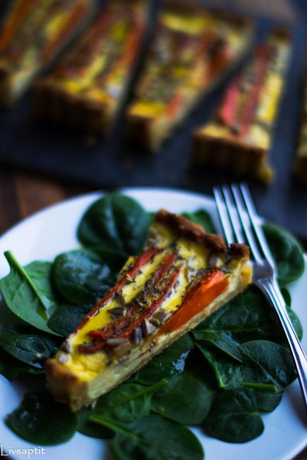 Morotspaj med solroskärnor på quinoapajbotten med mandel och ost, portionsbit och uppdelad i bakgrunden, glutenfri, recept, vegetariskt, Livsaptit