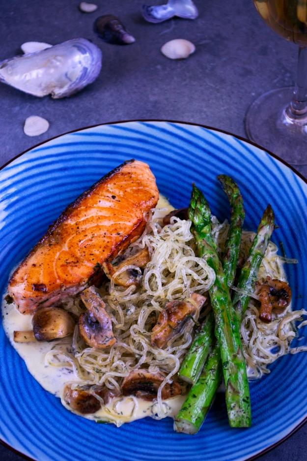 Fredagsrätt med sjögräsnudlar, sparris, lax och dillgräddsås, Recept, Livsaptit