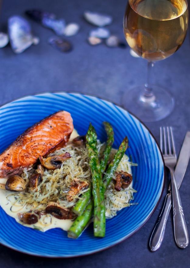 Smörstekt lax, sjögräsnudlar och dillgräddsås med sparris, Recept, Livsaptit