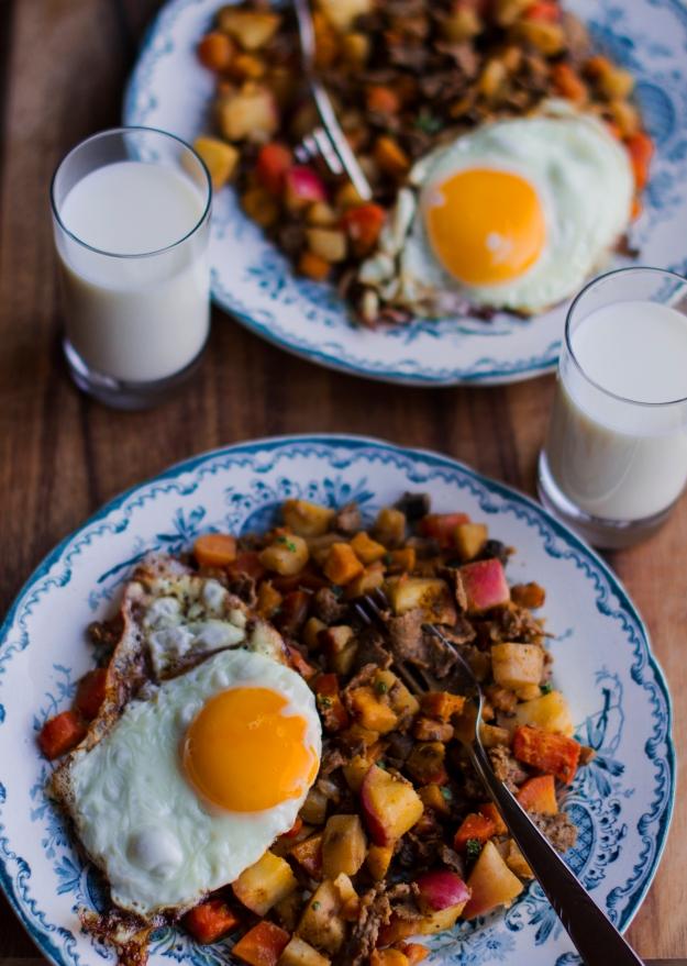 Viltskavspytt snett ovanifrån med timjan och stekt ägg, Recept, Livsaptit