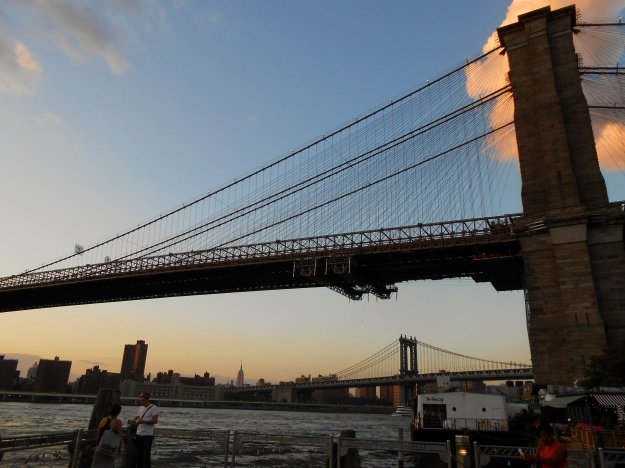 Brooklyn Bridge, Manhattan Bridge, Empire State Building och East River, New York, Livsaptit