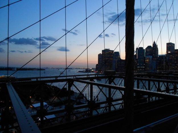 Kvällsutsikt från Brooklyn Bridge en kväll i juli, New York, Livsaptit