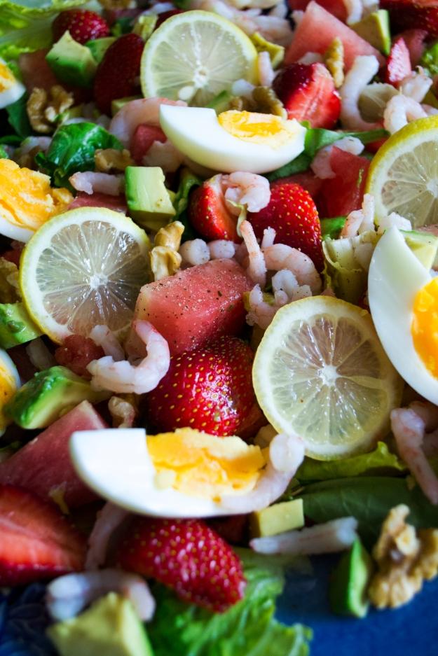 Mellonsallad med jordgubbar, avokado, räkor, citron och basilika, Närbild, Recept, Livsaptit